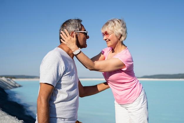 Zijaanzicht gelukkige paar in vakantie