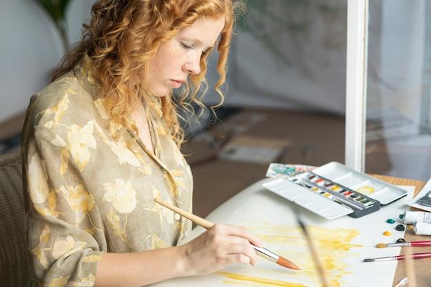 Zijaanzicht gericht vrouw schilderij