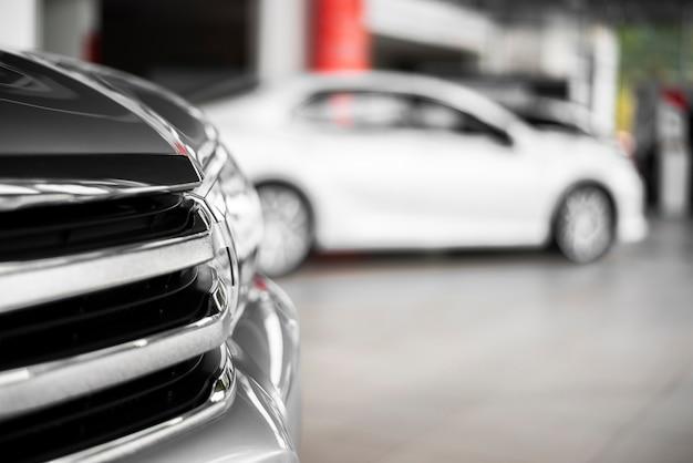 Zijaanzicht gloednieuwe auto's voor verkoop