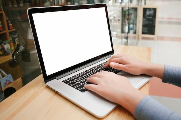 Zijaanzicht handen op laptop toetsenbord