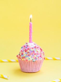 Zijaanzicht heerlijke verjaardag muffin