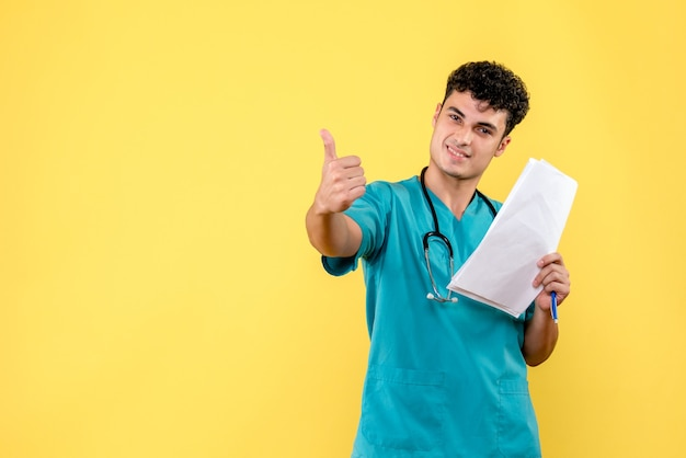 Zijaanzicht hooggekwalificeerde arts lachende arts heeft het over goed humeur
