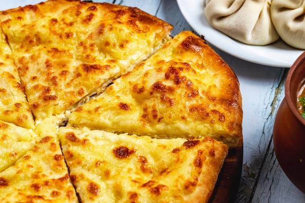 Zijaanzicht imeretian khachapuri met kaas op tafel