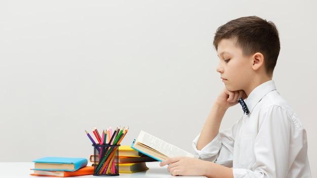 Zijaanzicht jonge jongen lezen