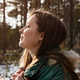Zijaanzicht jonge vrouw in de natuur