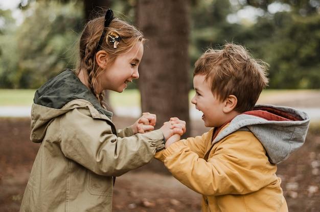 Zijaanzicht kinderen plezier buitenshuis