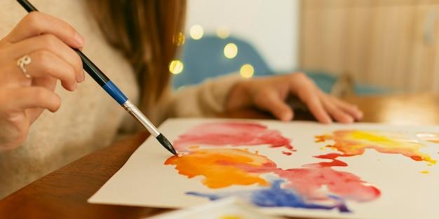 Zijaanzicht kwast en abstract aquarel