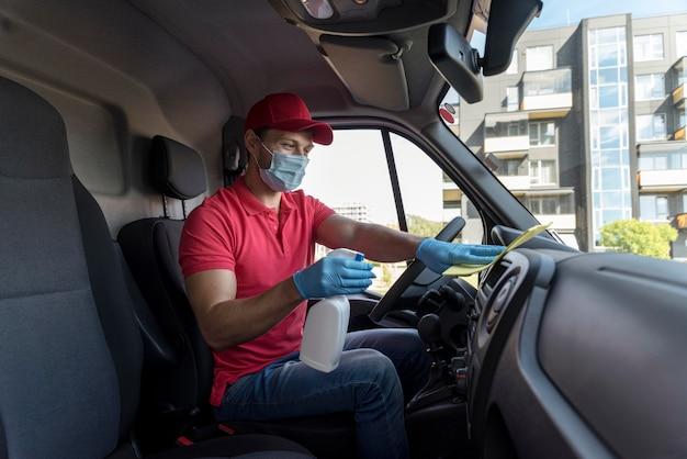 Zijaanzicht levering man schoonmaak auto
