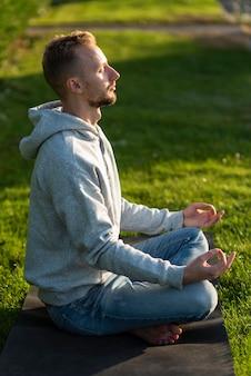 Zijaanzicht man in lotus mediteren