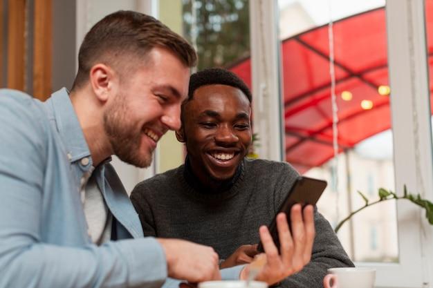 Zijaanzicht mannen controleren telefoon