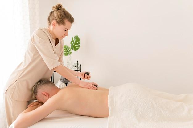 Zijaanzicht masseuse werken