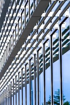 Zijaanzicht modern glazen gebouw