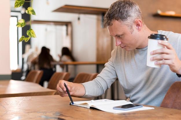 Zijaanzicht moderne man op zoek naar statistieken