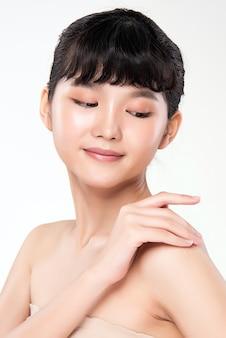 Zijaanzicht mooie jonge aziatische vrouw met schone huid