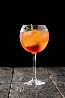 Zijaanzicht op een glas aperole spritz cocktail