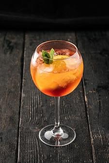Zijaanzicht op een glas verse aperole spritz cocktail