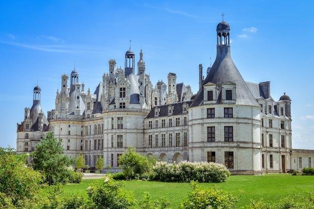 Zijaanzicht op een zonnige dag in het kasteel van chambord, frankrijk in juli