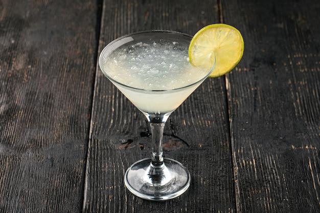 Zijaanzicht op glas margarita cocktail met limoen