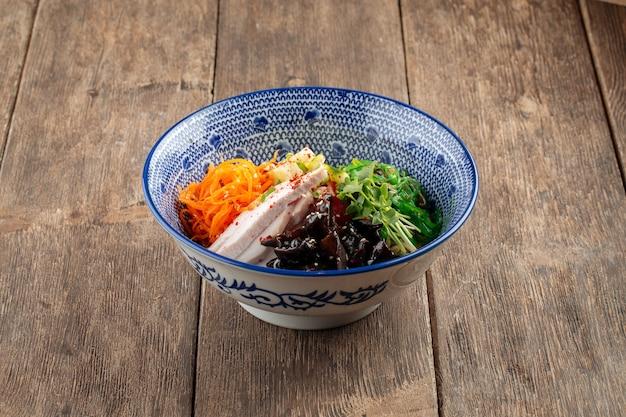 Zijaanzicht op koude japanse hiyashi chuka ramen