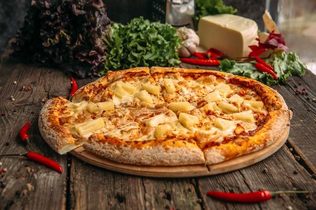Zijaanzicht op smakelijk hawaï pizza ananas