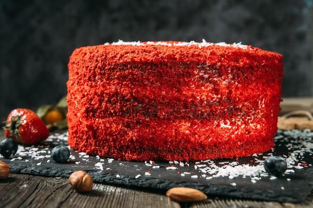 Zijaanzicht op smakelijk zoete rood fluwelen cake