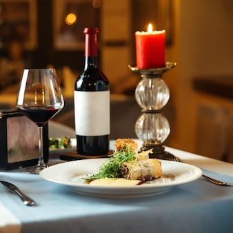 Zijaanzicht op spaanse keukenschotel rabo de toro ossenstaart gestoofd in wijn