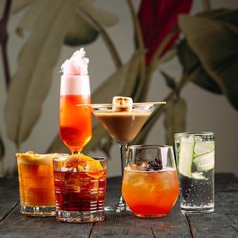 Zijaanzicht op verschillende zoete gemengde alcoholische cocktails