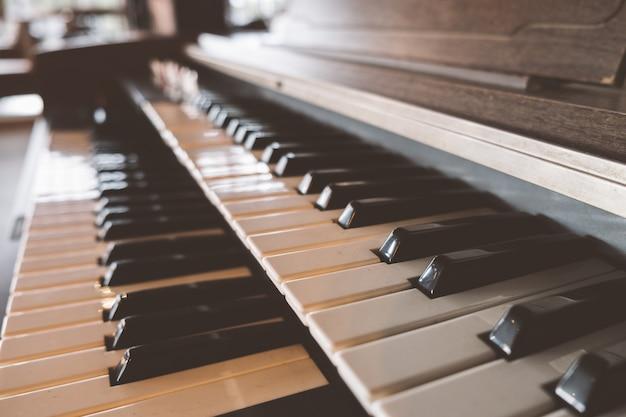 Zijaanzicht oude piano klavier in café met oude vintage toon