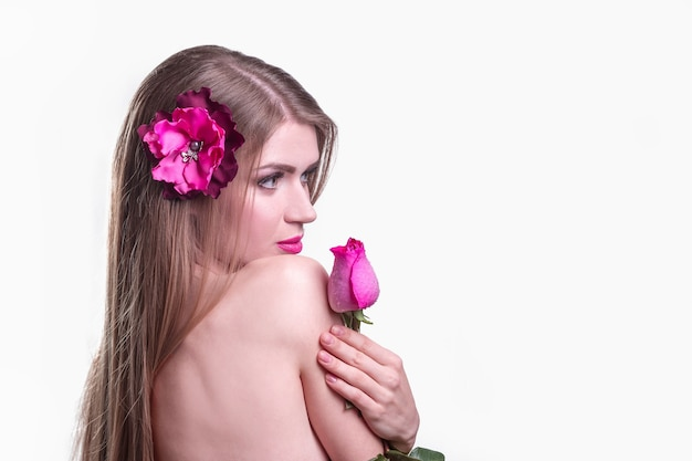 Zijaanzicht. portret van een jonge vrouw met een roos in avondjurk. geïsoleerd op lichte achtergrond