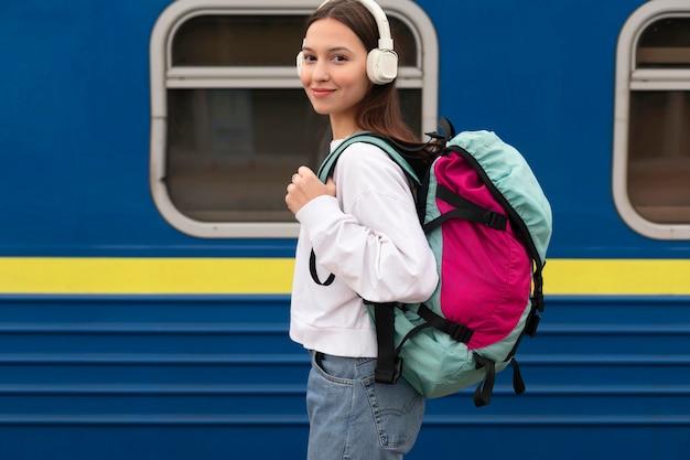 Zijaanzicht schattig meisje op het treinstation