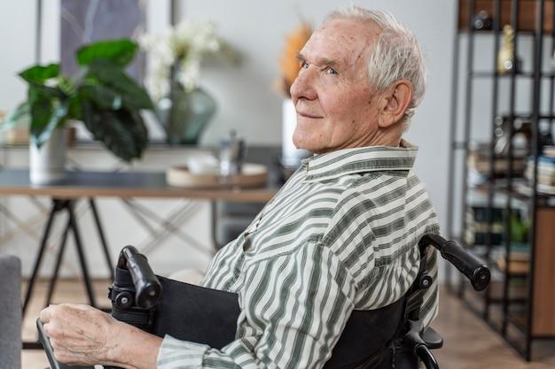 Zijaanzicht senior man in rolstoel
