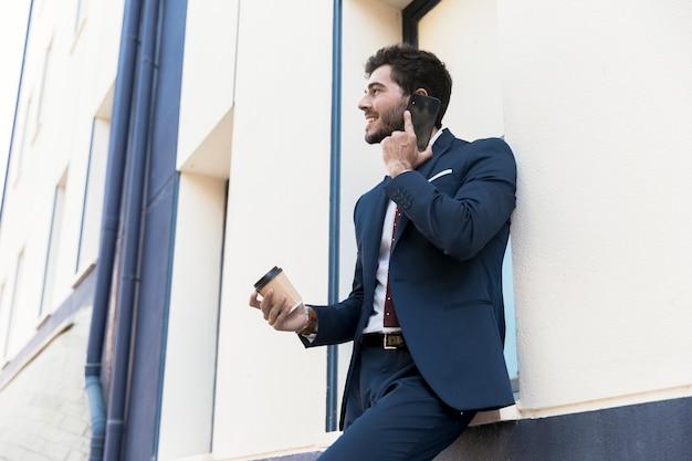 Zijaanzicht smiley advocaat praten via de telefoon