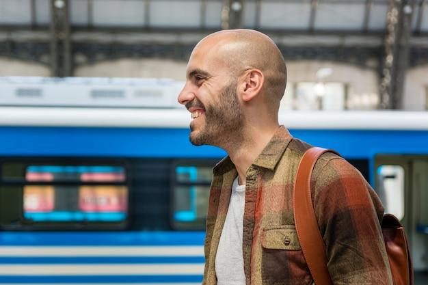 Zijaanzicht smiley man reizen