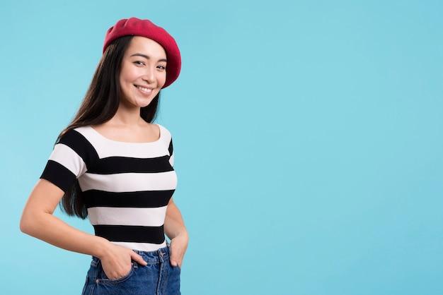 Zijaanzicht smiley vrouw met rode hoed