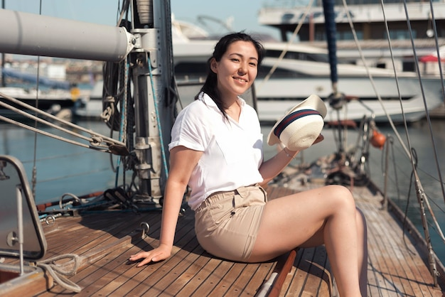 Zijaanzicht smiley vrouw op boot