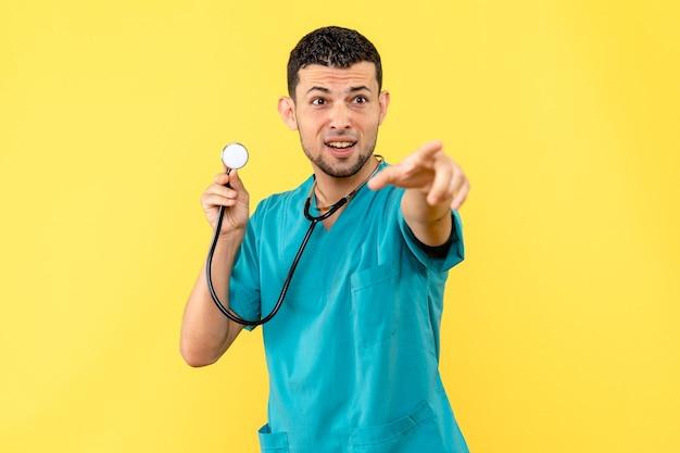Zijaanzicht specialist arts vertelt over bijwerkingen vaccin tegen covid-