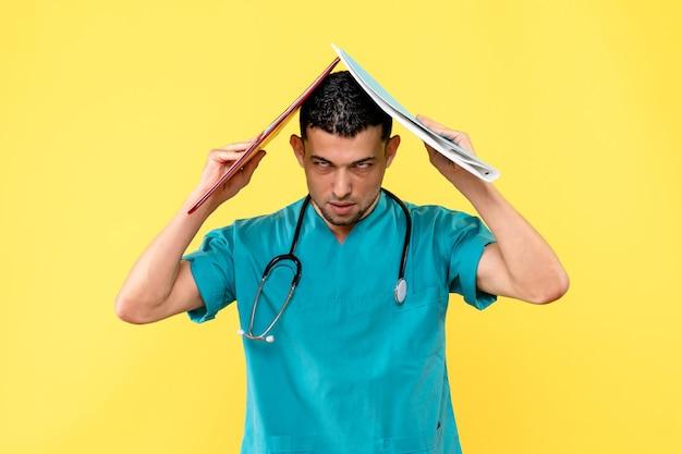 Zijaanzicht specialist de dokter denkt na over analyse van patiënt met covid-