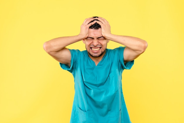 Zijaanzicht specialist de dokter maakt zich zorgen over patiënten met coronavirus