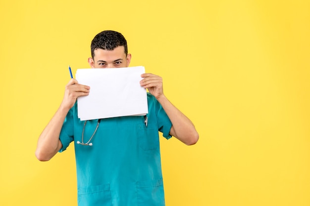 Zijaanzicht specialist een arts is blij dat hij patiënten kan helpen