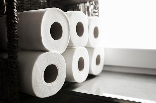 Zijaanzicht stapel wc-papier