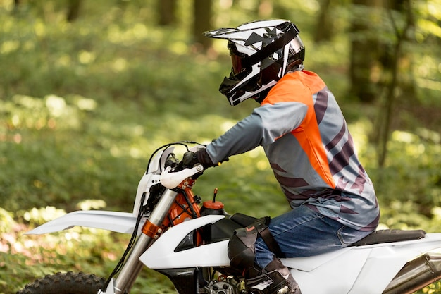 Zijaanzicht stijlvolle man motor rijden