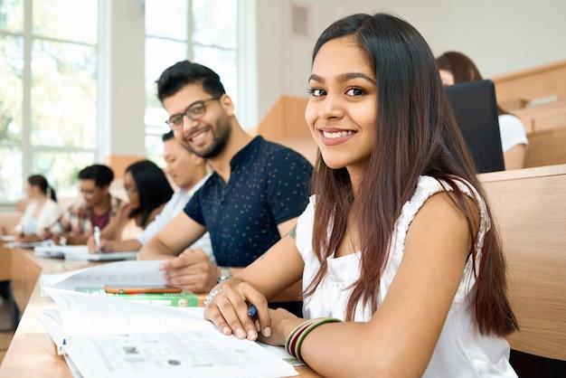 Zijaanzicht studenten prepearing voor examens op de universiteit.