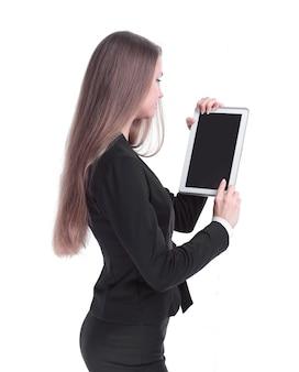 Zijaanzicht. succesvolle zakenvrouw met digitale tablet. geïsoleerd op een witte achtergrond.