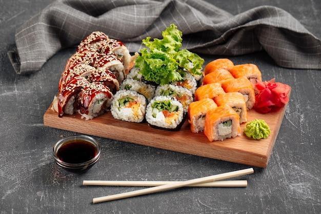Zijaanzicht sushi roll assorti set met sojasaus