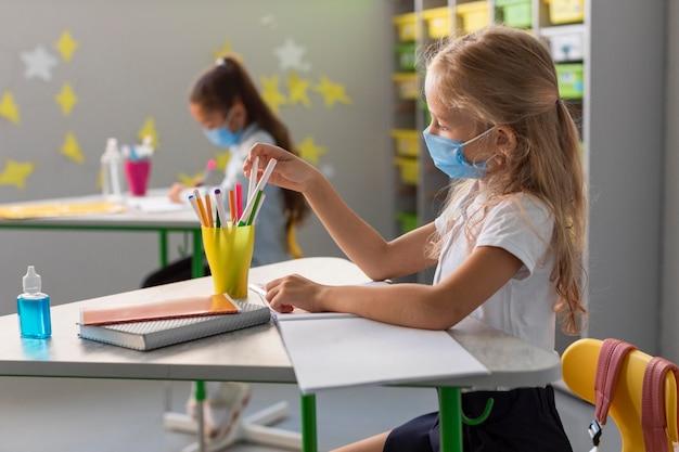 Zijaanzicht terug naar school in pandemische tijd