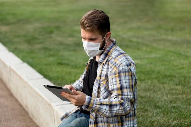 Zijaanzicht tiener browsen tablet