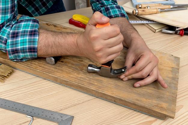 Zijaanzicht timmerman werkt in zijn atelier