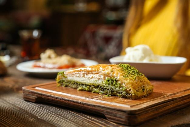 Zijaanzicht traditionele turkse baklava met ijs op een dienblad