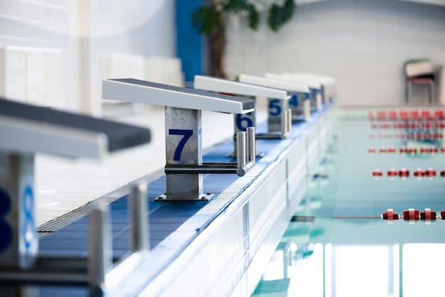 Zijaanzicht trampoline voor zwembad