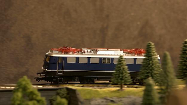 Zijaanzicht treinwagon op de spoorlijn.